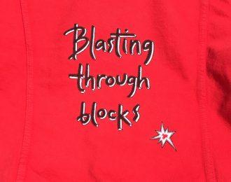 Röd jeansjacka – Blasting through blocks (M)